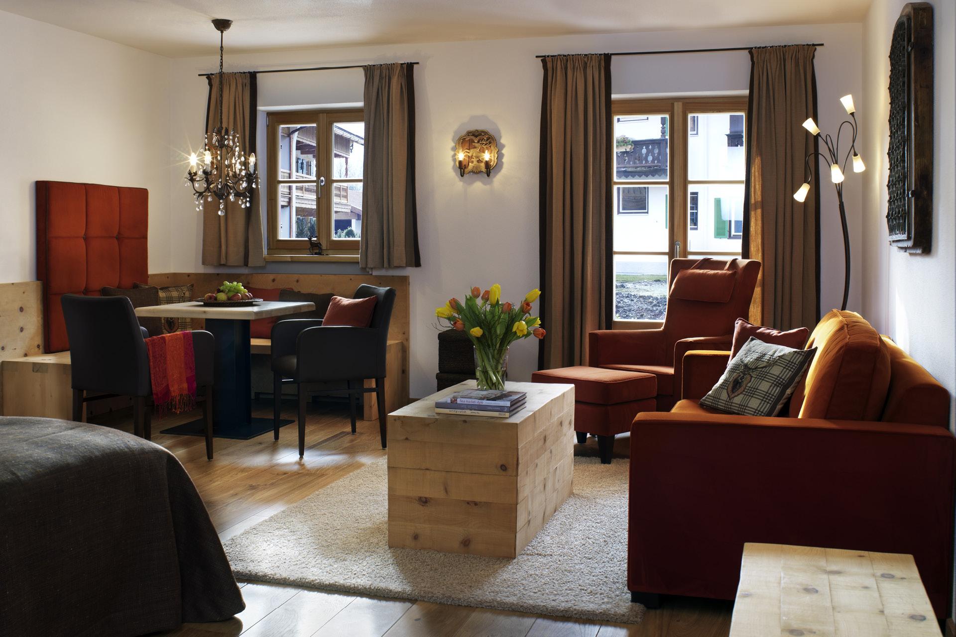 Decker-Projekte-Egerner-Hoefe-Schlafzimmer-mit-Wohnessbereich