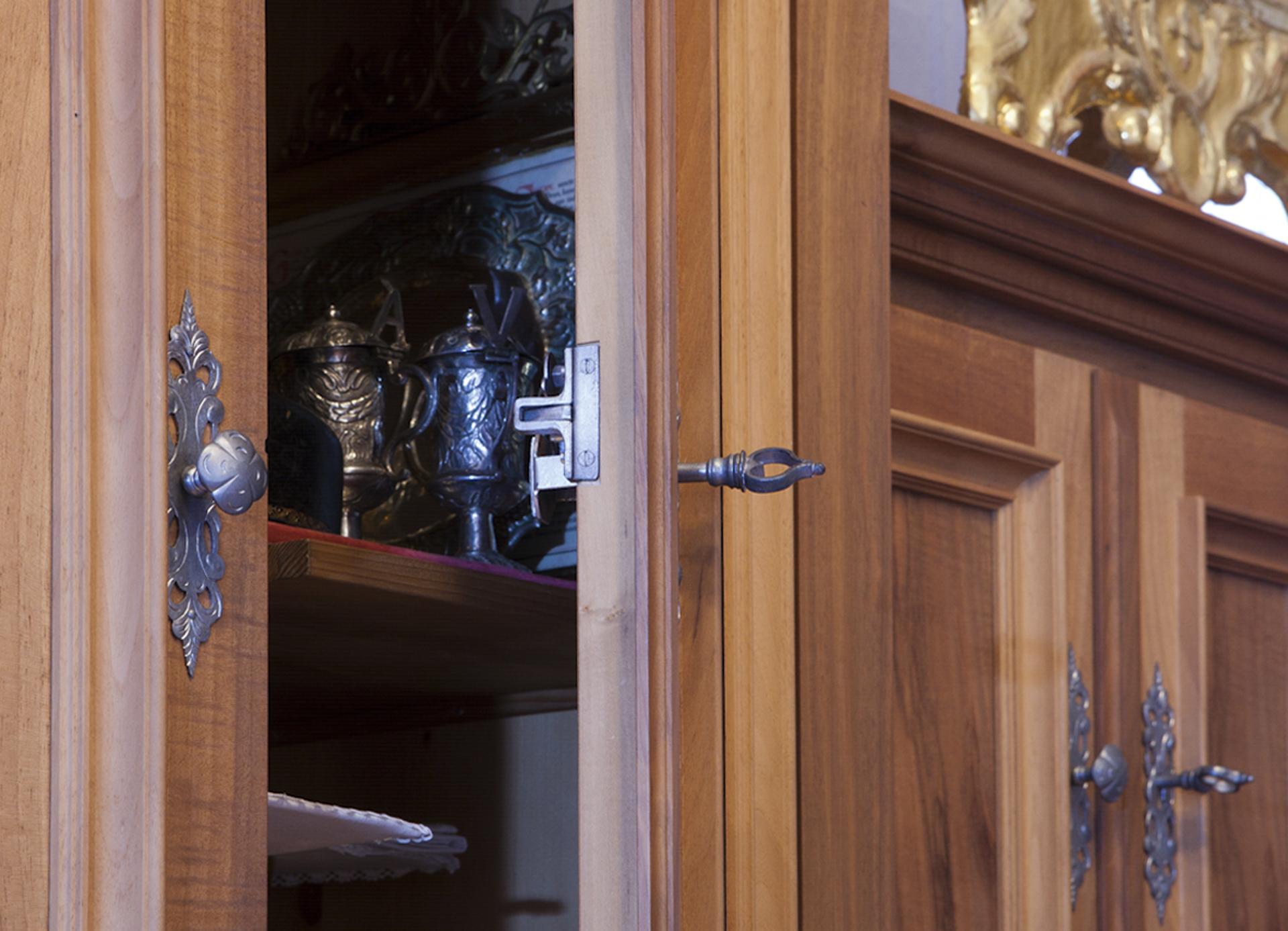 tischlerei-decker-basilika-mariathal-sakristei-detail-schrank