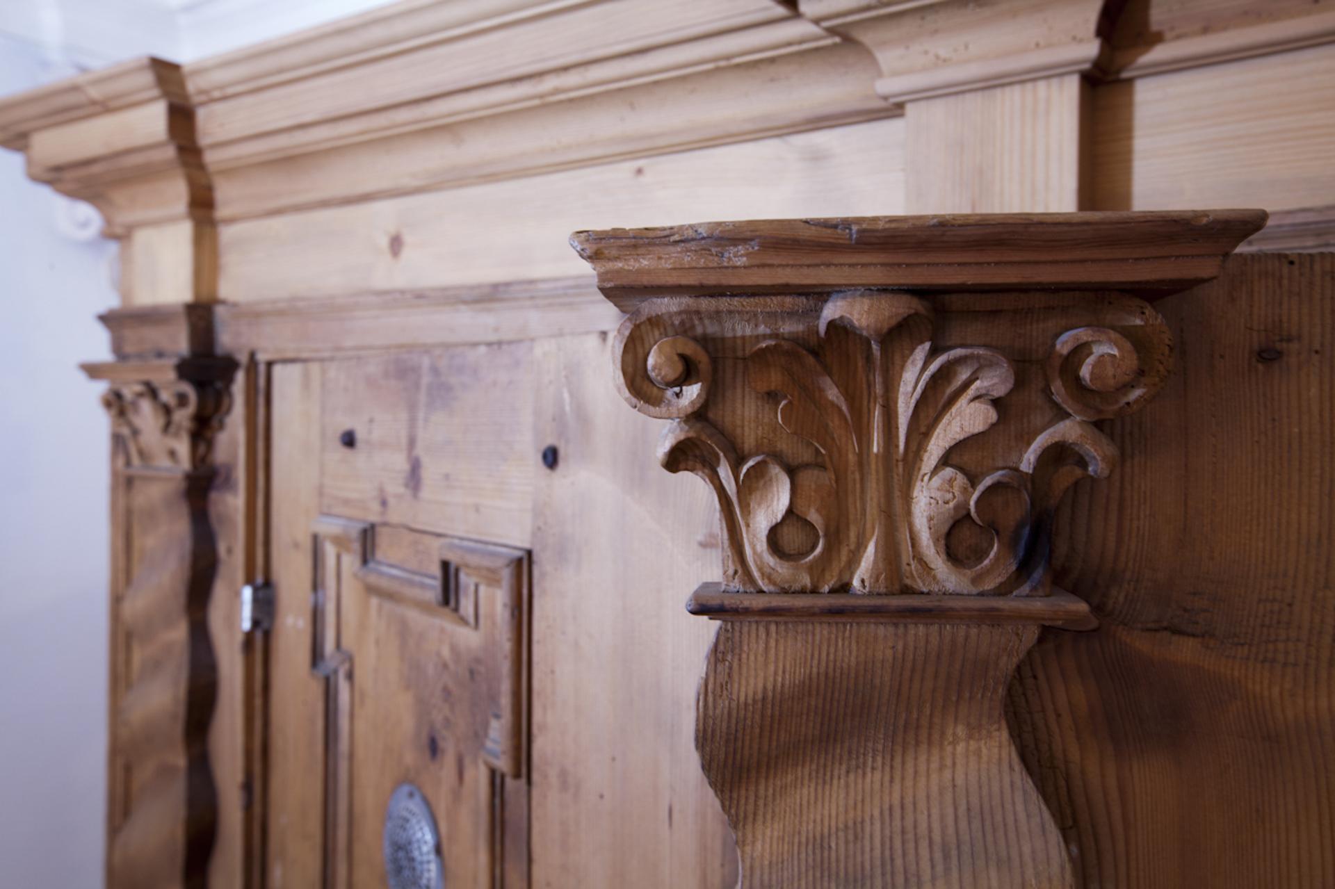 tischlerei-decker-basilika-mariathal-sakristei-detail-schnitzerei-schrank