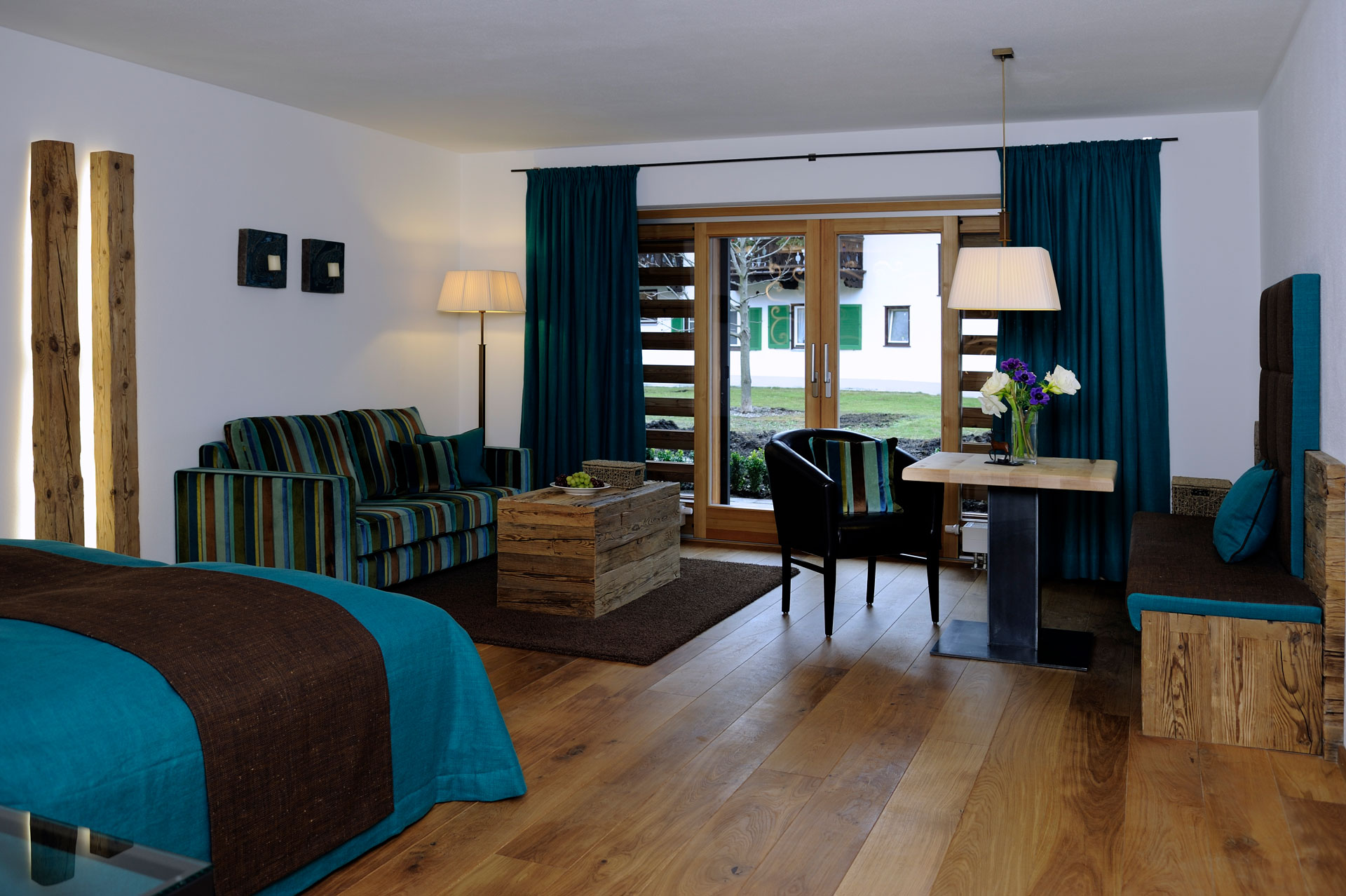 Tischlerei-Decker-Projekte-Egerner-Hoefe-Zimmer-mit-Wohnbereich-blau