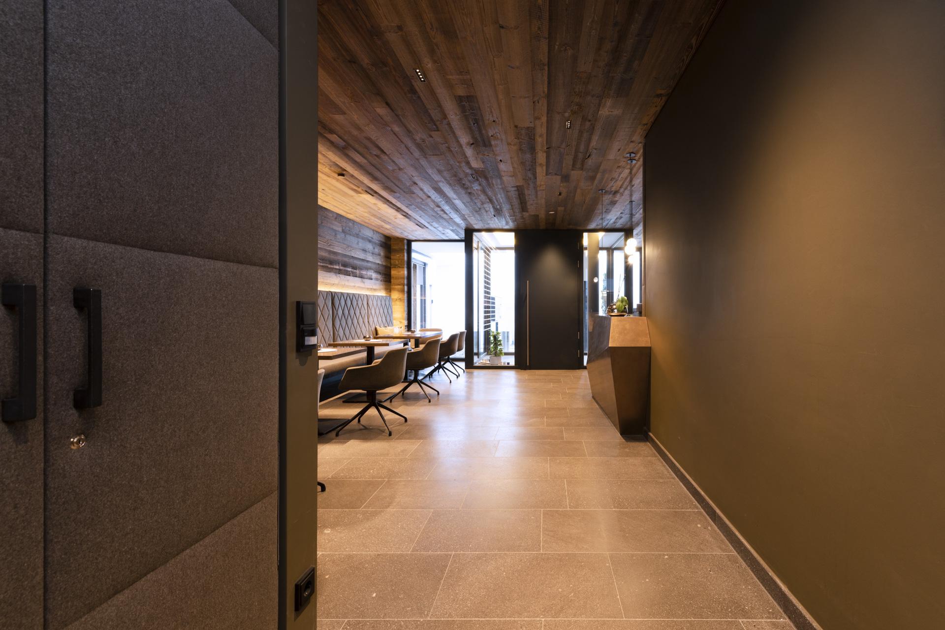 Tischlerei-Decker-Projekte-Mountain-Chalet-Kirchberg-Blick-zur-Lounge