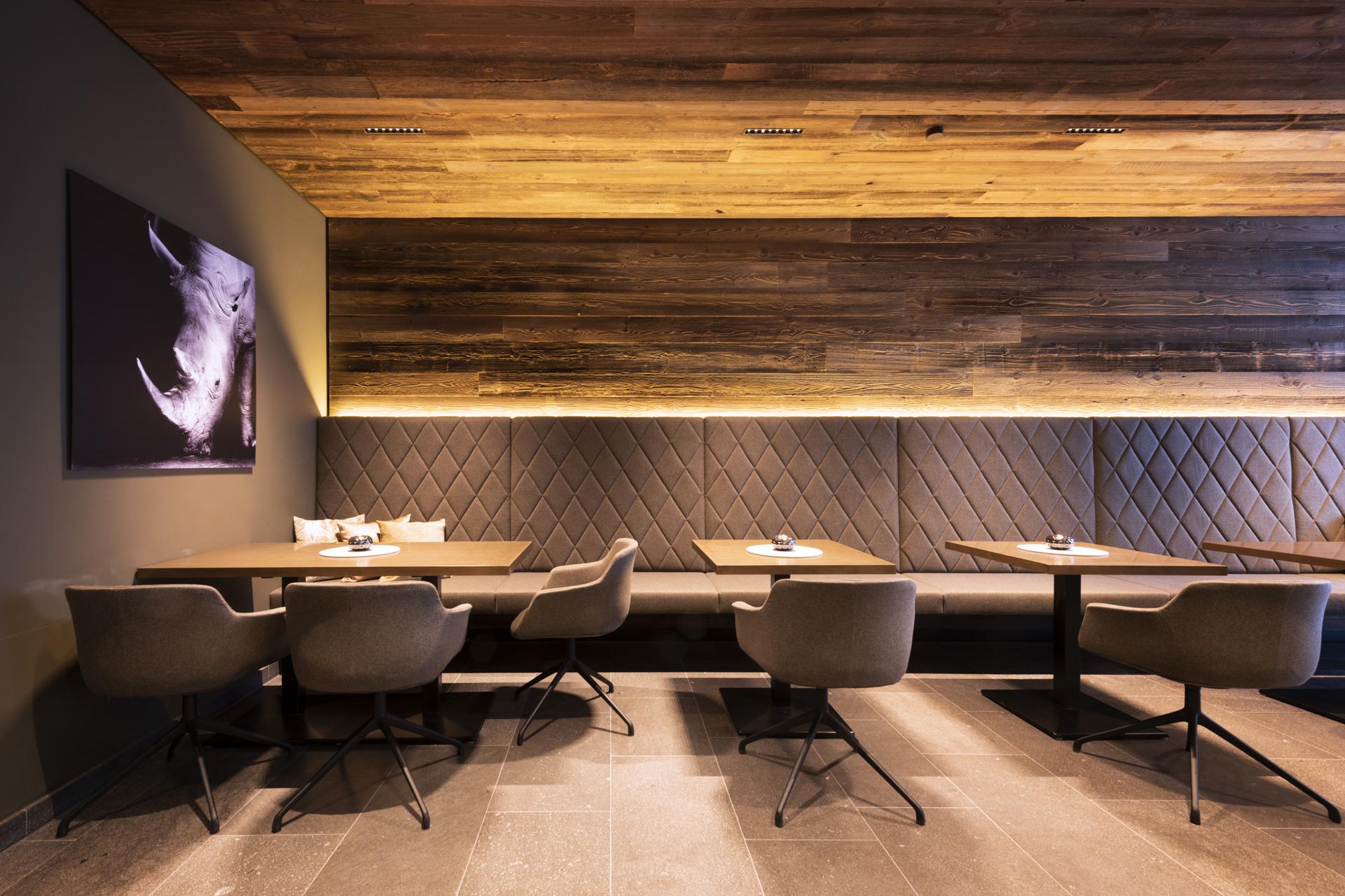 Tischlerei-Decker-Projekte-Mountain-Chalet-Kirchberg-Fruehstueck-Bar-Lounge