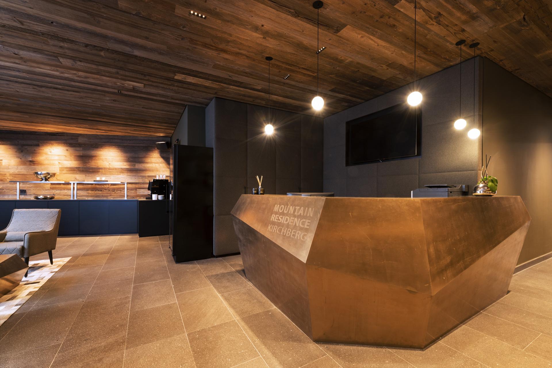 Tischlerei-Decker-Projekte-Mountain-Chalet-Kirchberg-Rezeption-Eingang
