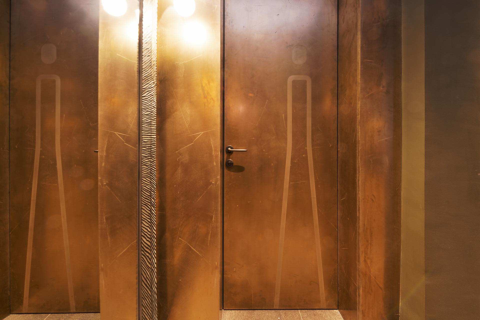 Tischlerei-Decker-Projekte-Mountain-Chalet-Kirchberg-Toilettentueren