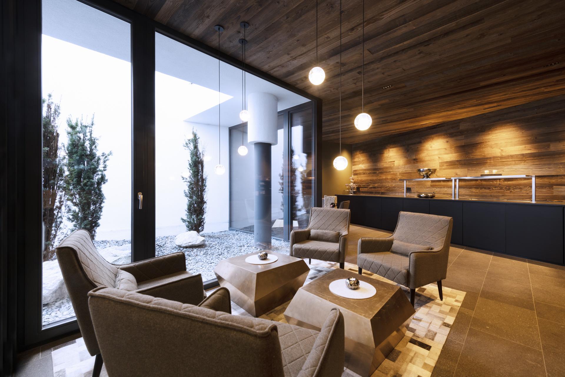 Tischlerei-Decker-Projekte-Mountain-Chalet-Kirchberg-gemuetliche-Lounge