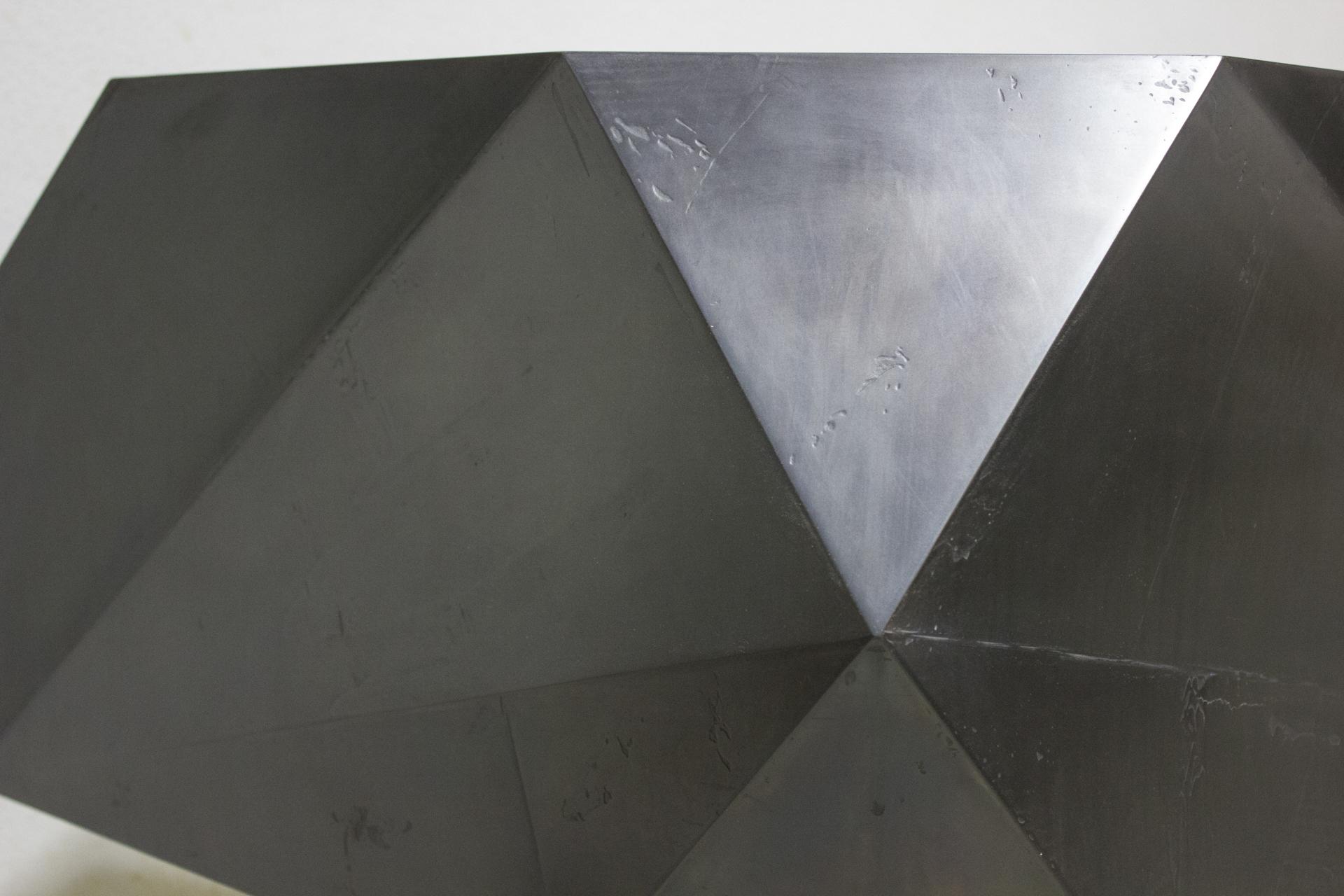 tischlerei-decker-couchtisch-schwarze-metalloberflaeche-detail