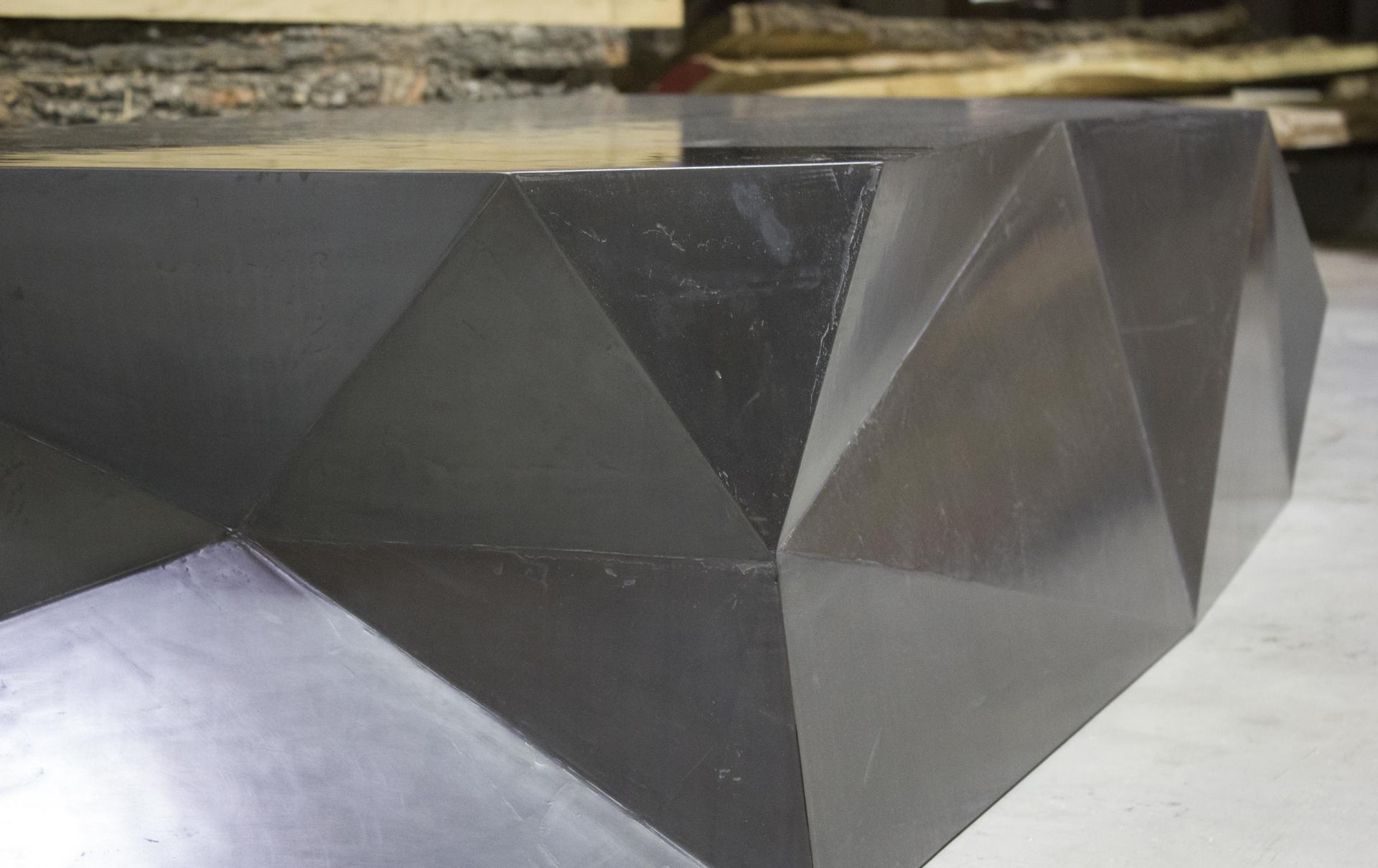 tischlerei-decker-couchtisch-metalloberflaeche-facetten