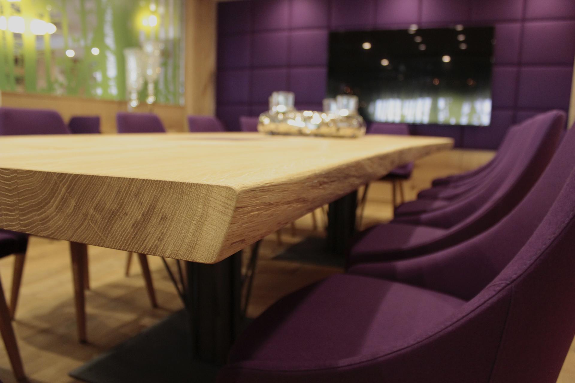 tischlerei-decker-hotel-schoenbuch-restaurant-detail-essbereich-violett