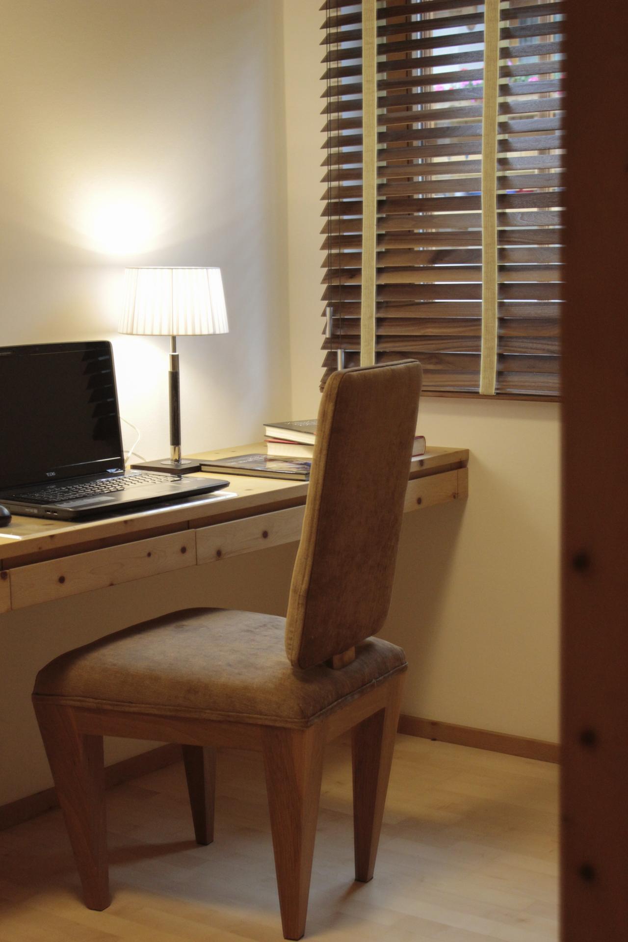 tischlerei-decker-wohnen-arbeitsraum-sessel