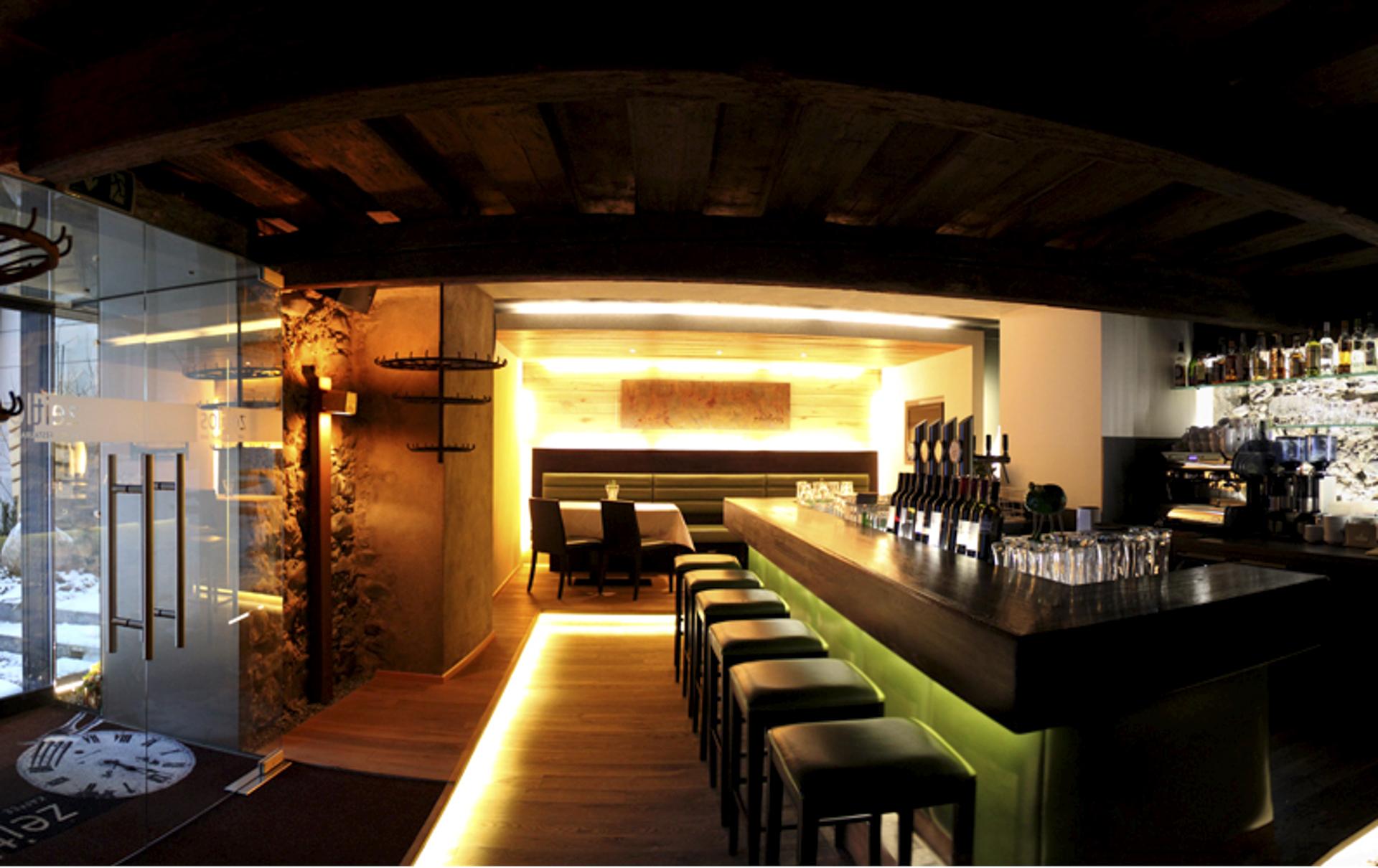 tischlerei-decker-zeitlos-restaurant-theke-licht